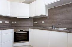 Eigentijdse keuken met natuursteen worktop en tegels in whi Stock Foto's