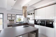 Eigentijdse keuken in modieus huis stock fotografie