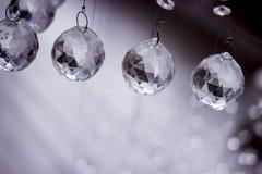 Eigentijdse kristalkroonluchter in ruimtebinnenland Sluit omhoog Kristallen op een koord worden opgeschort dat Crystal Chandelier stock foto
