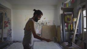 Eigentijdse kunstenaar die in zijn studio werken stock videobeelden
