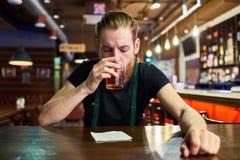 Eigentijdse Mens worden die die in Bar wordt gedronken royalty-vrije stock afbeelding