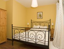 Eigentijdse slaapkamer Stock Foto