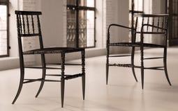 Eigentijdse stoelen in zolder Stock Fotografie