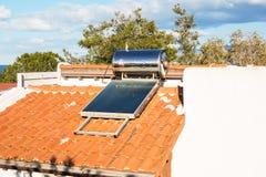Eigentijdse warm waterpanelen op een huis Stock Afbeeldingen