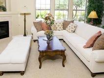 Eigentijdse woonkamer in aardetonen Royalty-vrije Stock Foto's
