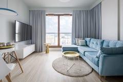 Eigentijdse Woonkamer In Blauw Grijs En Wit Stock Afbeelding Afbeelding Bestaande Uit Groot Flat 145089113