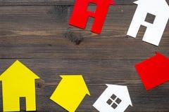 Eigentum mit Papierhaus auf Draufsichtmodell des Hintergrundes des Schreibtischs online verkaufen hölzernem Lizenzfreie Stockfotografie