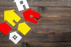 Eigentum mit Papierhaus auf Draufsichtmodell des Hintergrundes des Schreibtischs online verkaufen hölzernem Lizenzfreies Stockbild