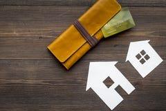 Eigentum mit Papierhaus auf Draufsichtmodell des Hintergrundes des Schreibtischs online verkaufen hölzernem Stockfotos