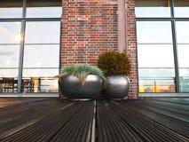 Eigentum - Pflanzer - Terrasse - Garten Stockfoto
