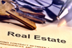 Eigentumsrecht- an Grundbesitzwort auf einer Grundstücksmakler-Vertrags-Seite Lizenzfreie Stockbilder