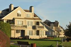Eigentumswohnung auf einem gehenden Pfad mit Gras Lizenzfreies Stockbild