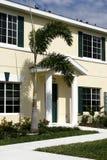 Eigentumswohnung mit grünen Blendenverschlüssen Lizenzfreies Stockbild
