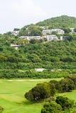 Eigentumswohnungen über tropischem Golfplatz Stockfotos