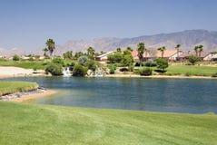 Eigentumswohnungen auf Golfplatz Stockbild