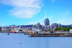 Eigentumswohnungen auf industrieller Küste des Britisch-Columbia Lizenzfreies Stockbild