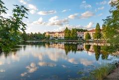 Eigentumswohnungen durch See Lizenzfreie Stockfotografie