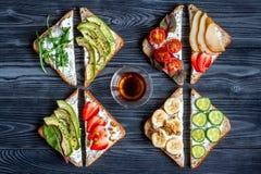 Eignung breskfast mit Draufsicht des selbst gemachten dunklen Tabellenhintergrundes der Sandwiche stockfotografie