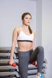 Eignung, Mädchen nimmt eine Stepp-Aerobic mit Dummköpfen Stockfoto