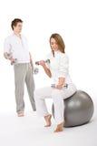 Eignung - Paarübung mit Gewichten und Kugel Stockbild