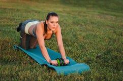 Eignung, Sport, Training und Leutekonzept - lächelndes Frau doin Lizenzfreie Stockbilder