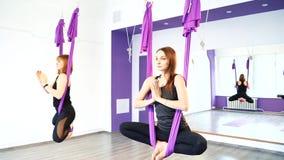 Eignung, Sport, Training, Yoga und Leutekonzept - Frauengruppe, die Yoga im Studio tut stock footage