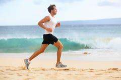 Eignung trägt den Läufermann zur schau, der auf Strand rüttelt lizenzfreie stockfotos
