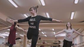 Eignung, trägt Tänze in der Turnhalle zur Schau, die Video Mädchen stock video footage