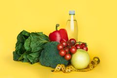 Eignung und gesundes Lebensmitteldiätkonzept Gemüse und Wasser auf gelbem Hintergrund Kopieren Sie Platz lizenzfreie stockfotografie