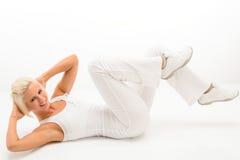 Eignungausbilderübung abdominals Weißfußboden Stockfotos