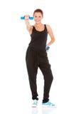 Eignungfrau, die mit freien Gewichten ausarbeitet Lizenzfreie Stockfotografie