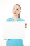 Eignungfrau hält unbelegtes Zeichen an lizenzfreie stockbilder