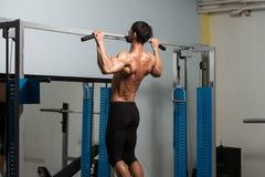 Eignungs-Athleten-Doing Heavy Weight-Übung für Rückseite Lizenzfreie Stockbilder