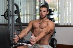 Eignungs-Athleten-Doing Heavy Weight-Übung für Rückseite Stockfoto