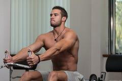 Eignungs-Athleten-Doing Heavy Weight-Übung für Rückseite Stockbild