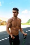 Eignungs-athletisches muskulöses Mann-Trainieren, Expander-Training tuend Stockbilder