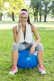 Eignungs-gesunde junge Frau mit Pilates-Ball im Freien Lizenzfreie Stockfotografie