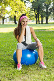 Eignungs-gesunde junge Frau mit Pilates-Ball im Freien Lizenzfreie Stockfotos