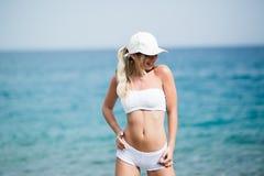 Eignungs-Körper von schönen Blondinen auf dem Strand Lizenzfreie Stockfotografie