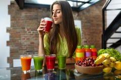 Eignungs-Lebensmittel, Nahrung Frau der gesunden Ernährung trinkender Smoothie lizenzfreie stockbilder