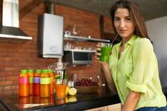 Eignungs-Lebensmittel, Nahrung Frau der gesunden Ernährung trinkender Smoothie lizenzfreie stockfotos