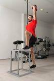 Eignungs-Lehrer-Doing Heavy Weight-Übung mit Kessel-Glocke Stockbilder