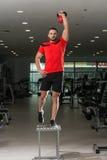 Eignungs-Lehrer-Doing Heavy Weight-Übung mit Kessel-Glocke Stockfoto
