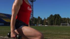 Eignungs-Mädchen, das Laufleinen-Übung während Trainings des im Freien tut stock footage