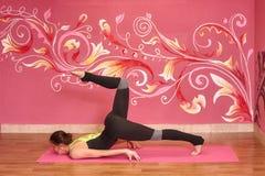 Eignungs- oder Yogaklasse, Frau, die Übung tut Stockfotos