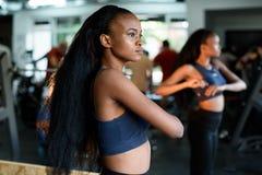 Eignungs-, Sport-, Tanz- und Lebensstilkonzept - amerikanisches Frauentraining des schönen Schwarzafrikaners in der Turnhalle ode stockbild