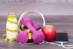 Eignungs- und Diätkonzept mit Jogurt zum Kefir, Apfel, Gewicht, Pöbel Lizenzfreies Stockfoto
