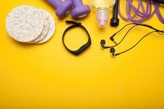 Eignungsausrüstung auf gelbem Hintergrund, Konzept lizenzfreies stockfoto