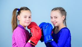 Eignungsdiät Energiegesundheit Sporterfolg Freundschaft Training des kleinen Mädchenboxers in der Sportkleidung Glückliche Kinder lizenzfreie stockbilder