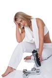Eignungserie - Frau mit Gewichten und Flasche Lizenzfreie Stockfotografie